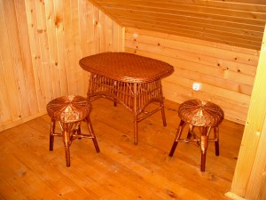fonott-asztal-kerek-ulokevel
